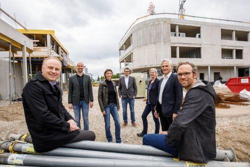 AVORIS feiert Dachgleiche für Trauner Stadtteilzentrum Weidfeld