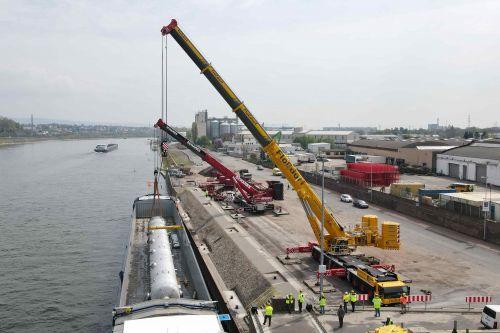 140 Tonnen schwere Kolonne im Liebherr-Tandem verladen