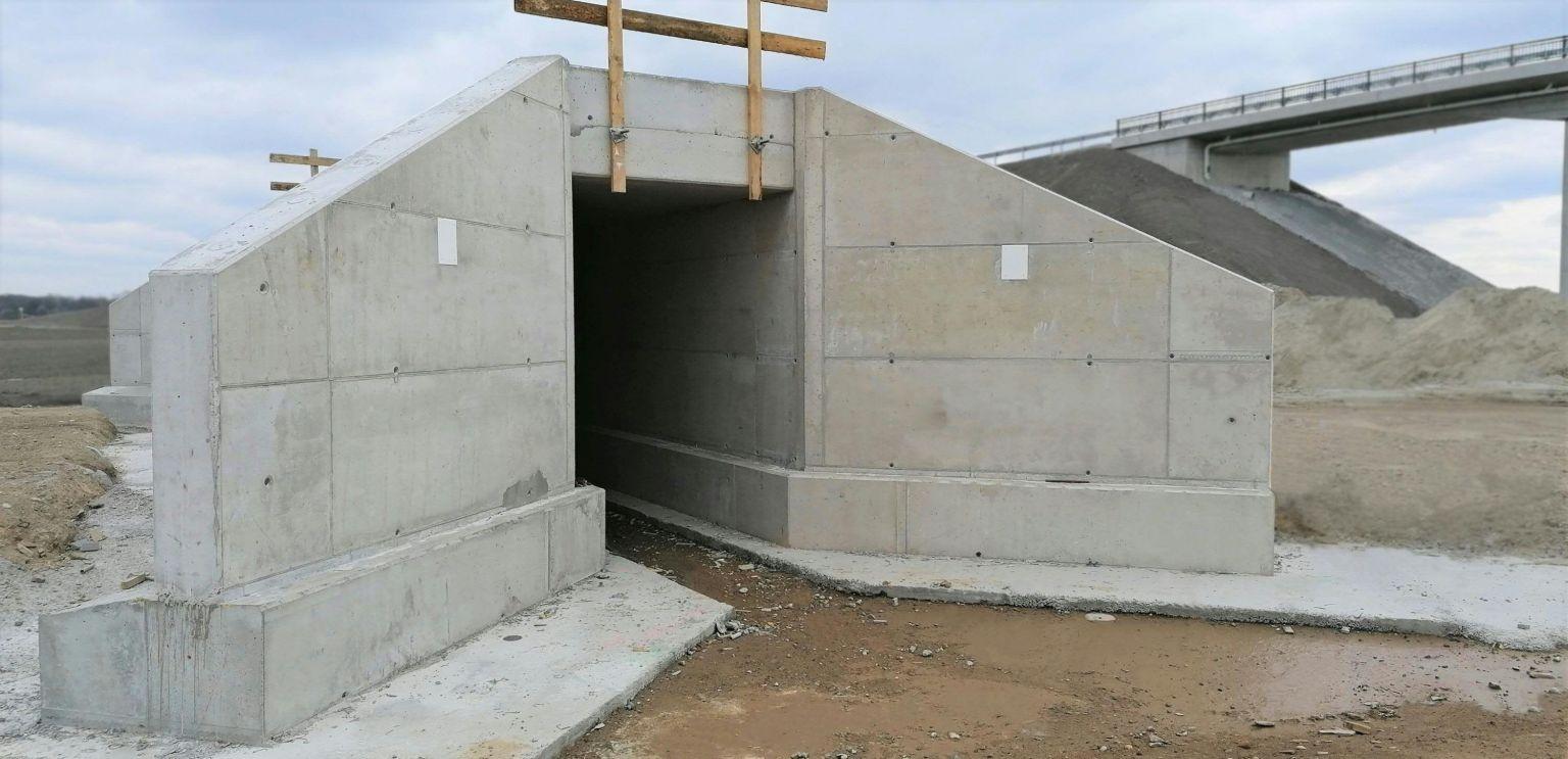 Grauer Beton mit grüner Note
