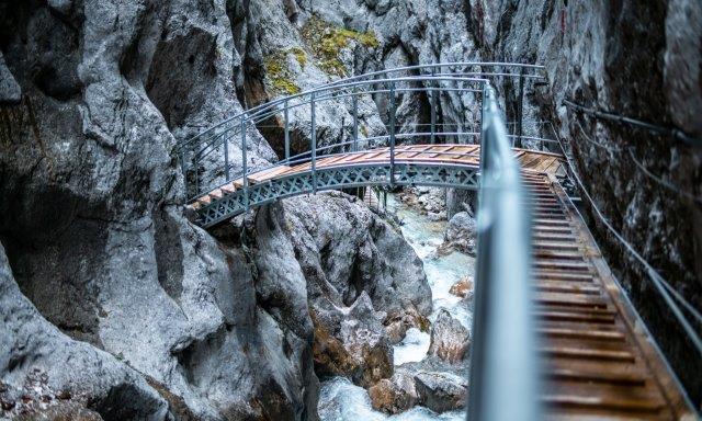 ZÜBLIN stellt neue Brücke und Stege in der Höllentalklamm fertig