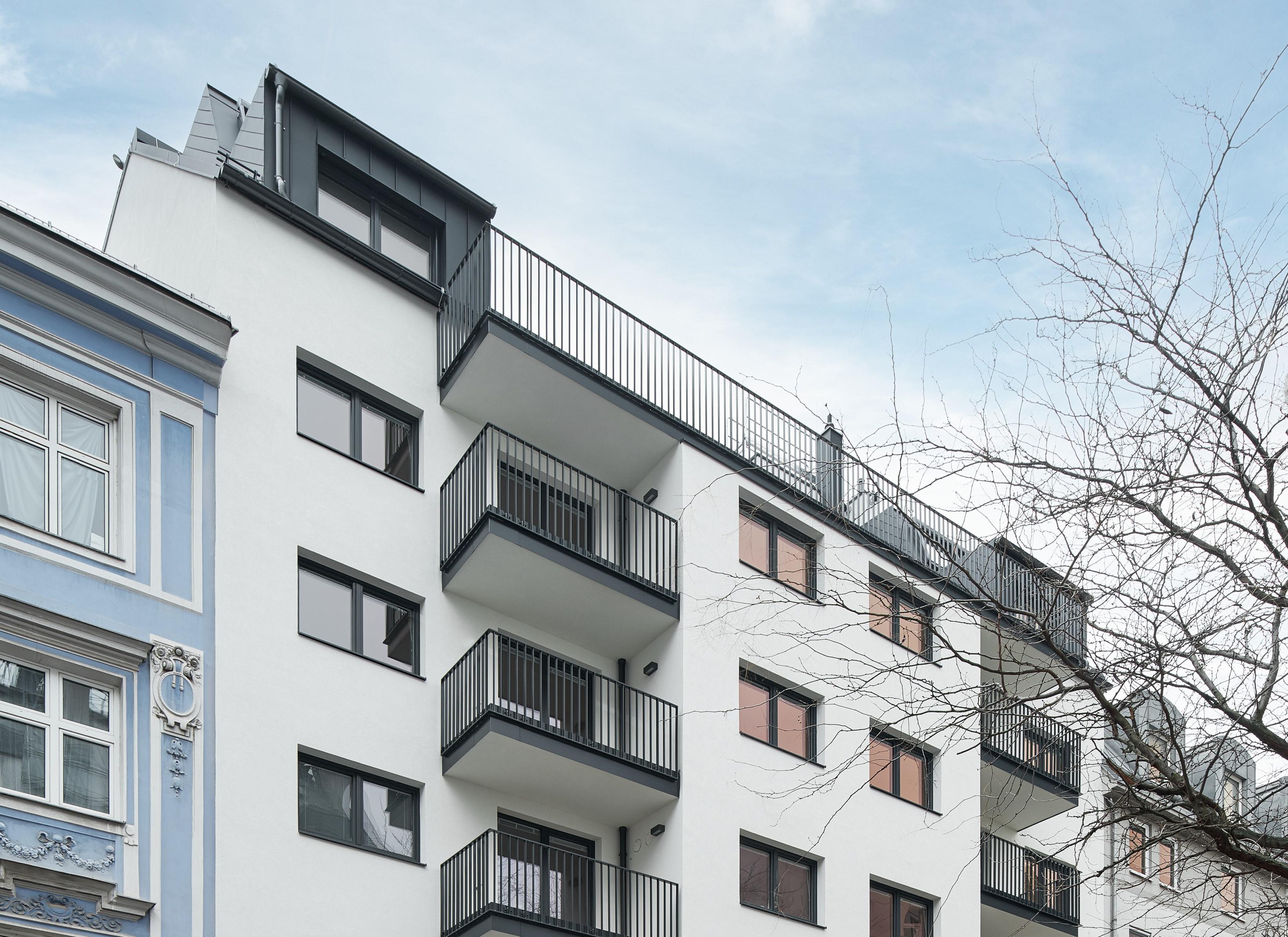 Schlüsselübergabe bei Niedrigenergie-Neubau in Favoriten